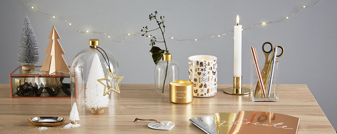 Be inspired to decorate your desk for Christmas
